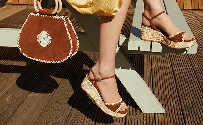 43722fd32e751 Schuhe mit Riemen sind nicht nur super hip, sie sind auch besonders gut für  schmale Füße geeignet. So hast du extra Halt, denn dank der Bänder kannst  du den ...